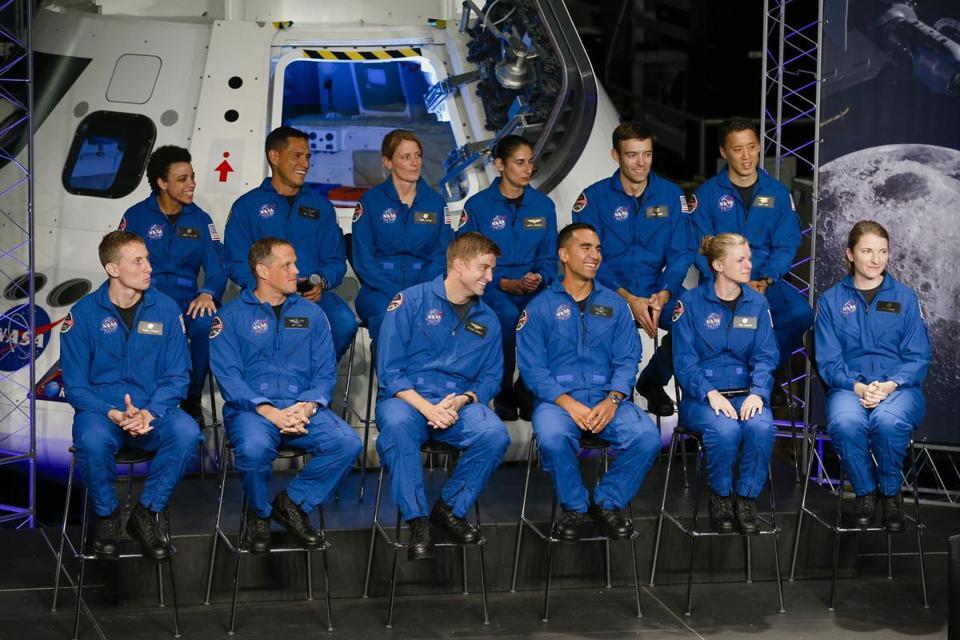 12 новых астронавтов НАСА. Фото collectspace.com