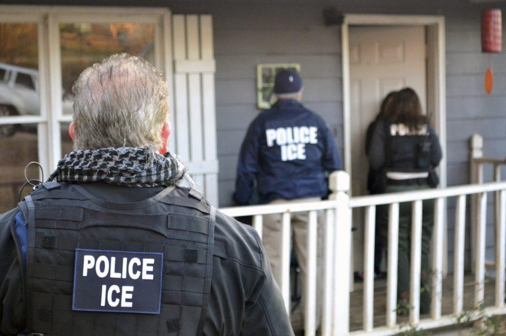 Не открывайте дверь иммиграционной службе без судебного приказа. Фото: wbur.org