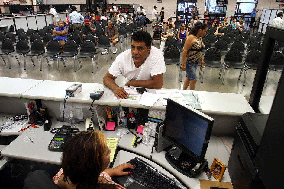 В DMV нужно прийти уже со всеми готовыми документами. Фото govtech.com