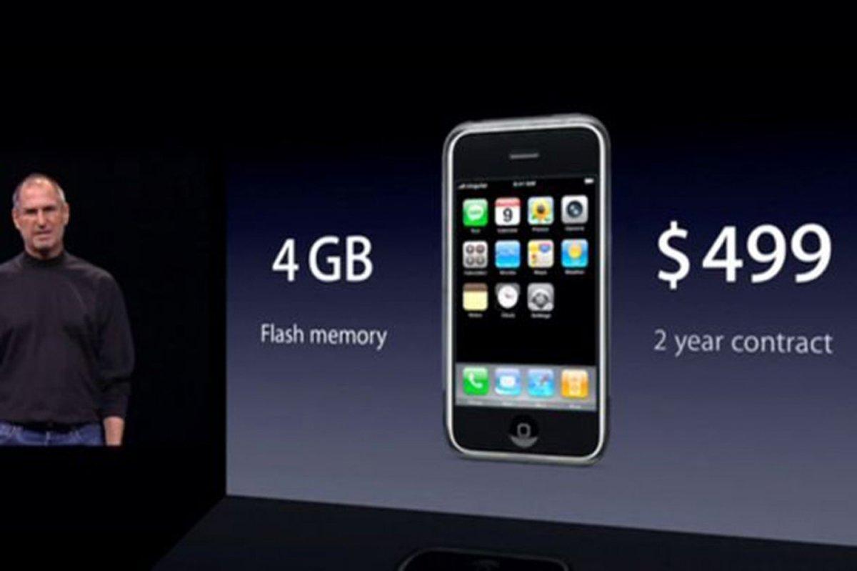 Стив Джобс на презентации первого iPhone. Фото: businessinsider.com