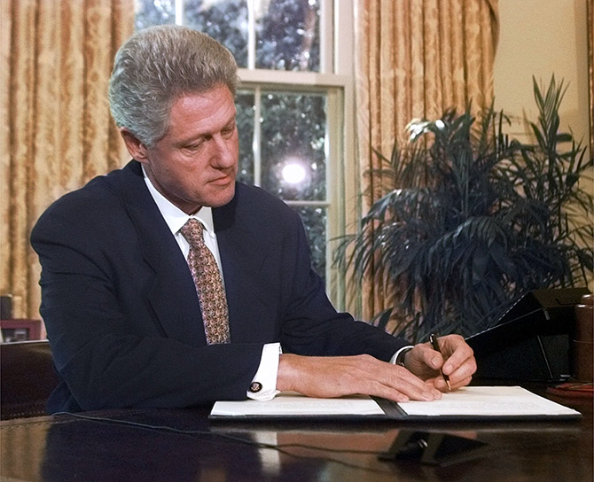 Клинтон уже подписал закон, который хочет провети Трамп. Фото: wired.com