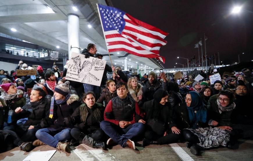 предыдущие иммиграционные указы вызвали у американцев бурю протестов. Фото: japantimes.co.jp