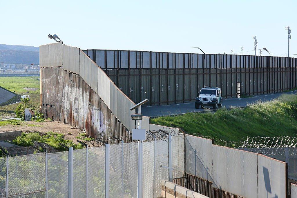 Сейчас стену с Мексикой легко перелезть или обойти. Фото: businessinsider.com