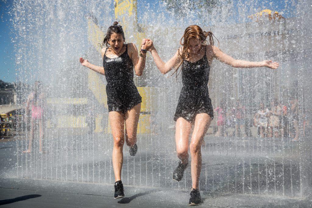 В особенно жаркий период каждый спасается как может. Фото standard.co.uk