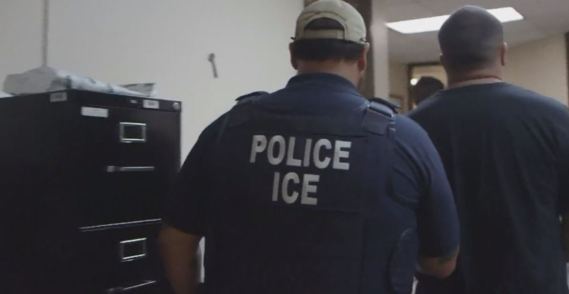 Иммиграционная служба должна получить разрешение от вашего шефа. Фото: kxan.com