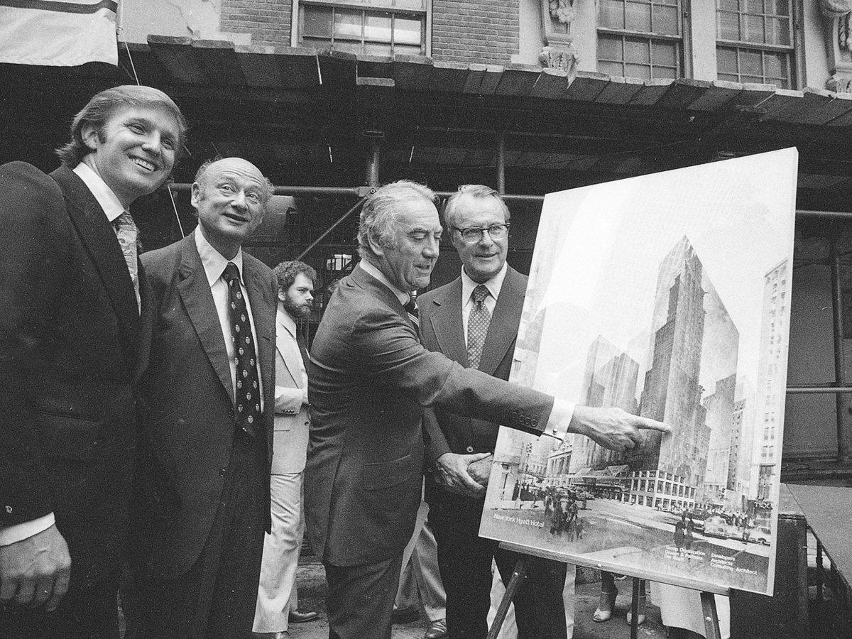Трамп показывает новый проект гостиницы, 1978 год. Фото: businessinsider.com