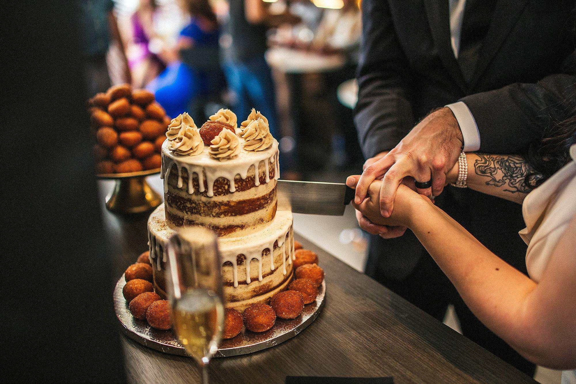 Свадебный торт молодоженов. Фото: people.com