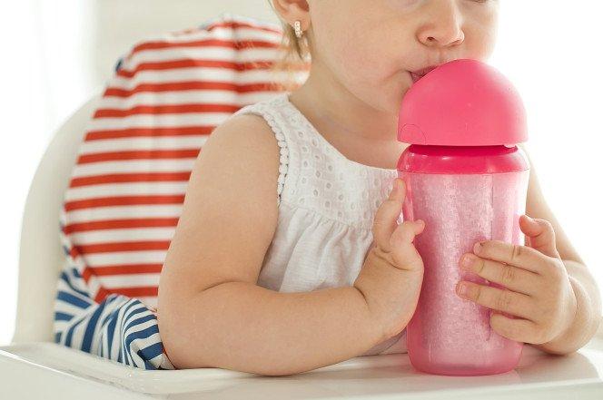 Ребенок весь вечер пил алкогольный напиток. Фото: nypost.com