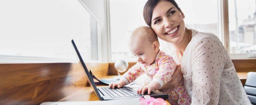 Можно зарабатывать даже сидя с ребенком. Фото: thriftyselfemployed.com