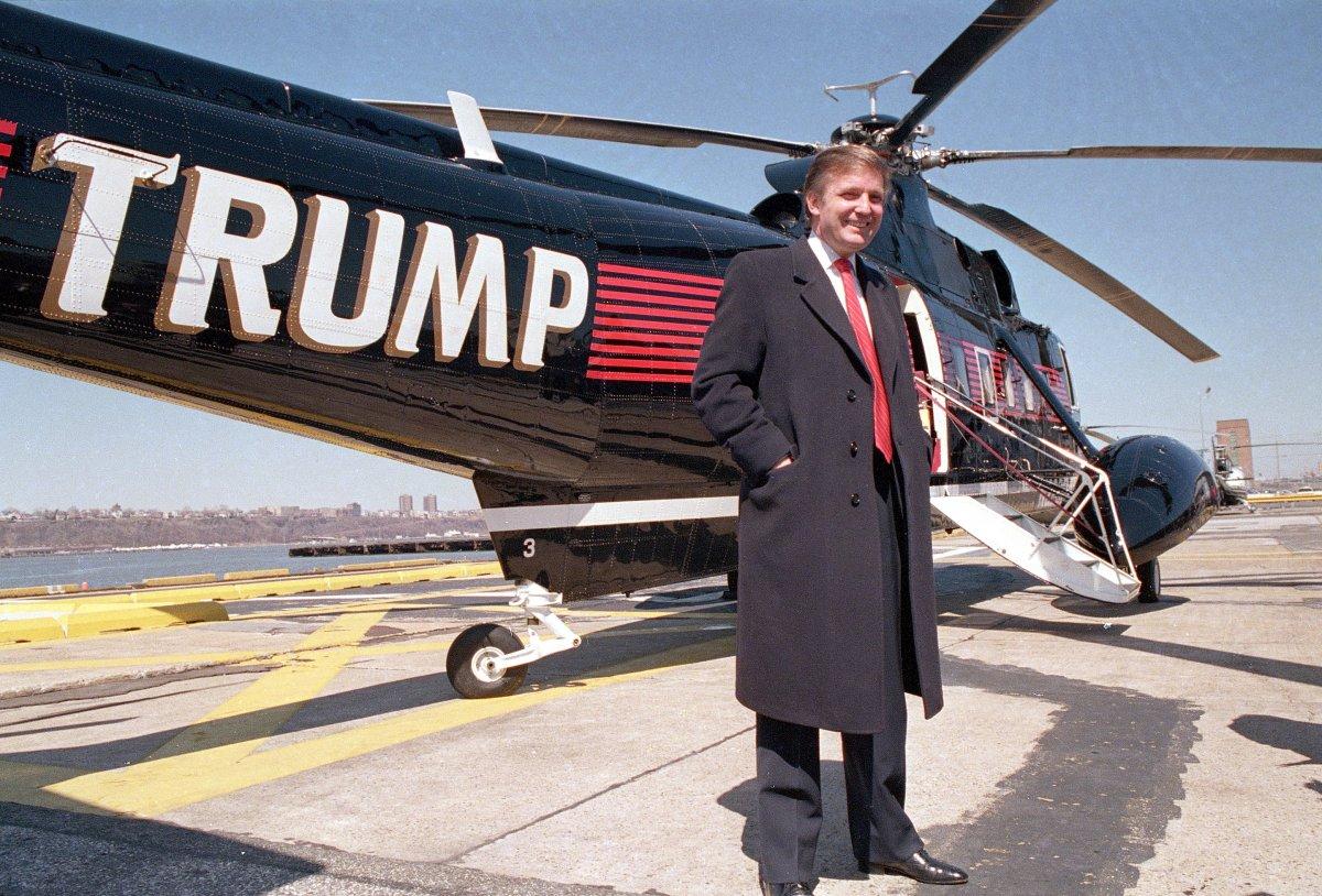 Трамп напротив одного из соих вертолетов Сикорского, 1988 год. Фото: businessinsider.com