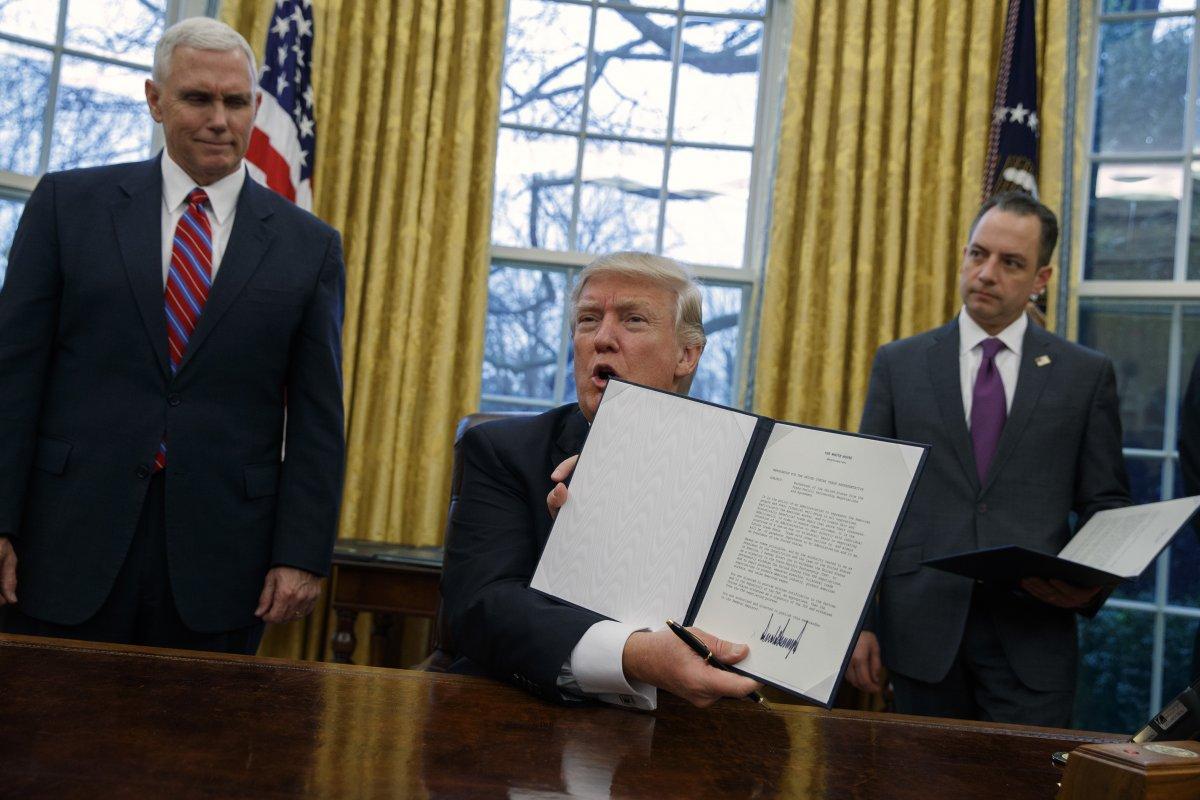 Трамп подписывает очередной исполнительный указ. Фото: businessinsider.com