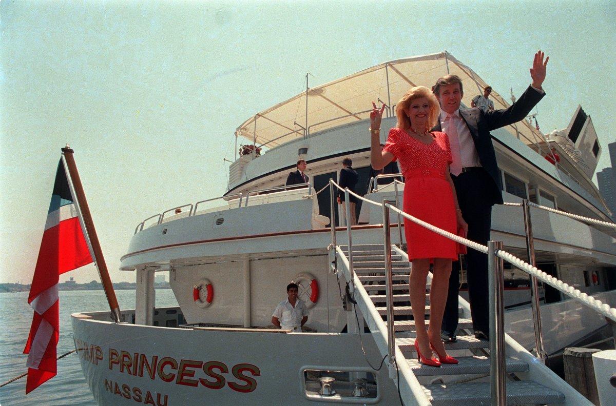 Дональд и Ивана Трампы на борту элитной яхты The Trump Princess. Фото: businessinsider.com