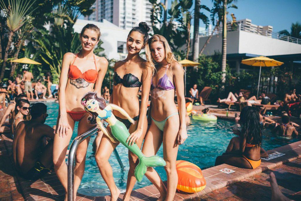 Вечеринка в купальниках во время Недели пляжной моды. Фото facebook.com/freehandmiami