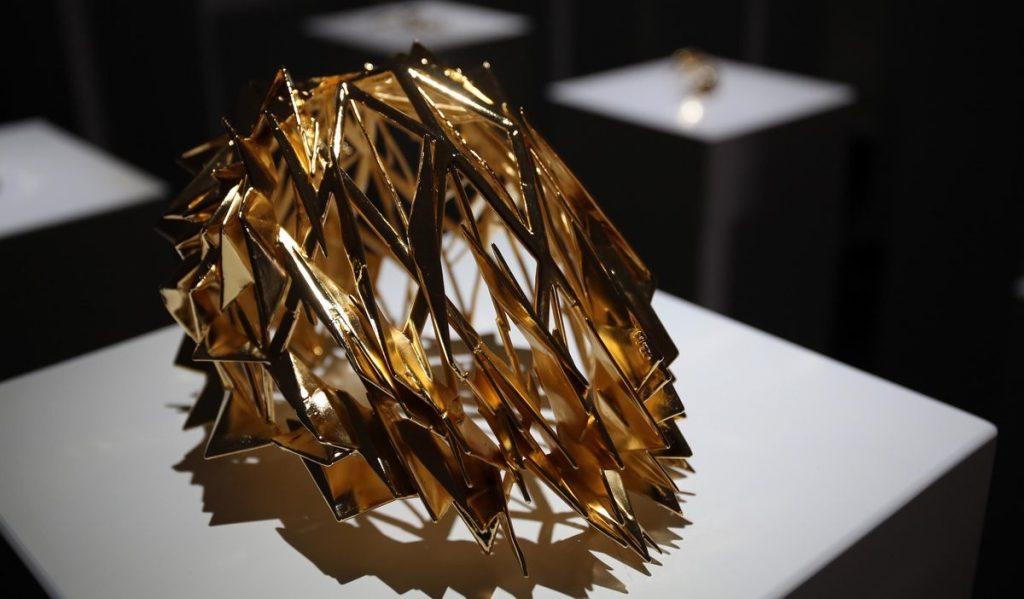 Золотая корона, представленная в рамках выставки Hypercaine. Фото 14th Factory