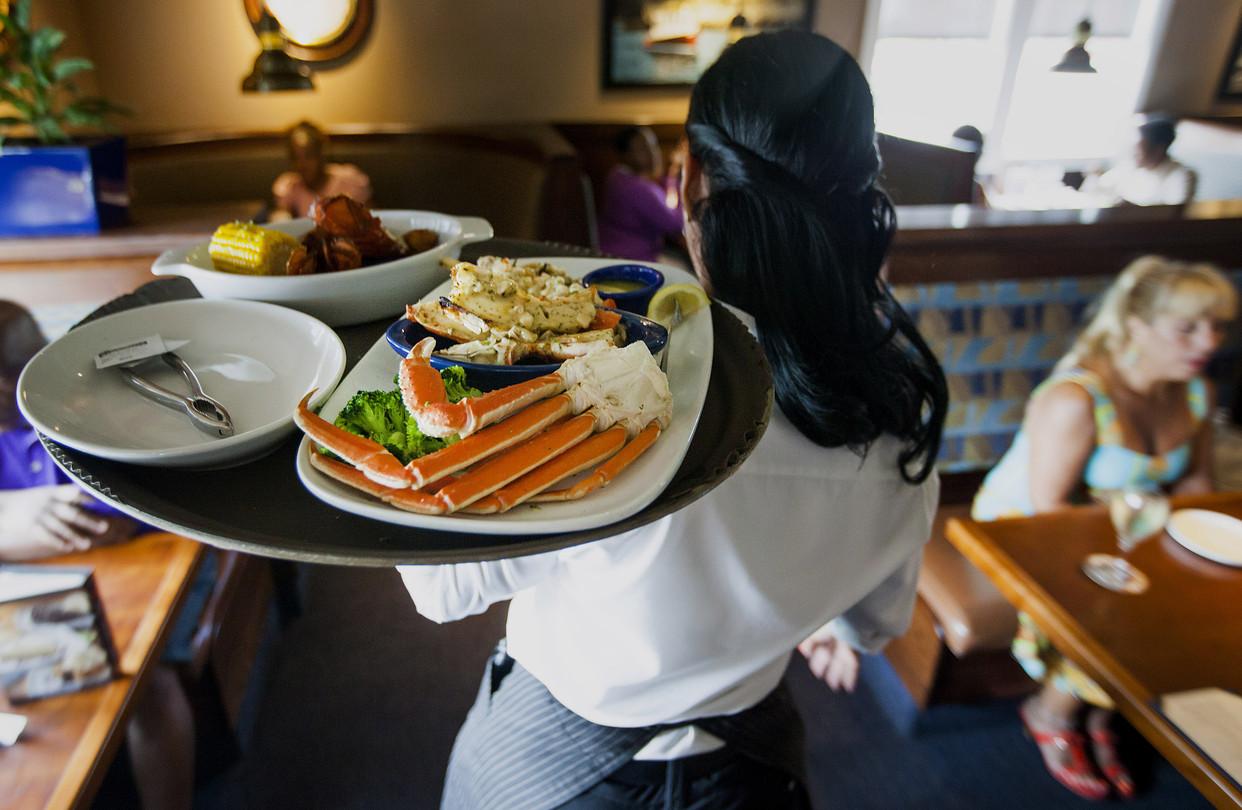 У официантов одна из самых неудобных по времени работ. Фото: wsj.com