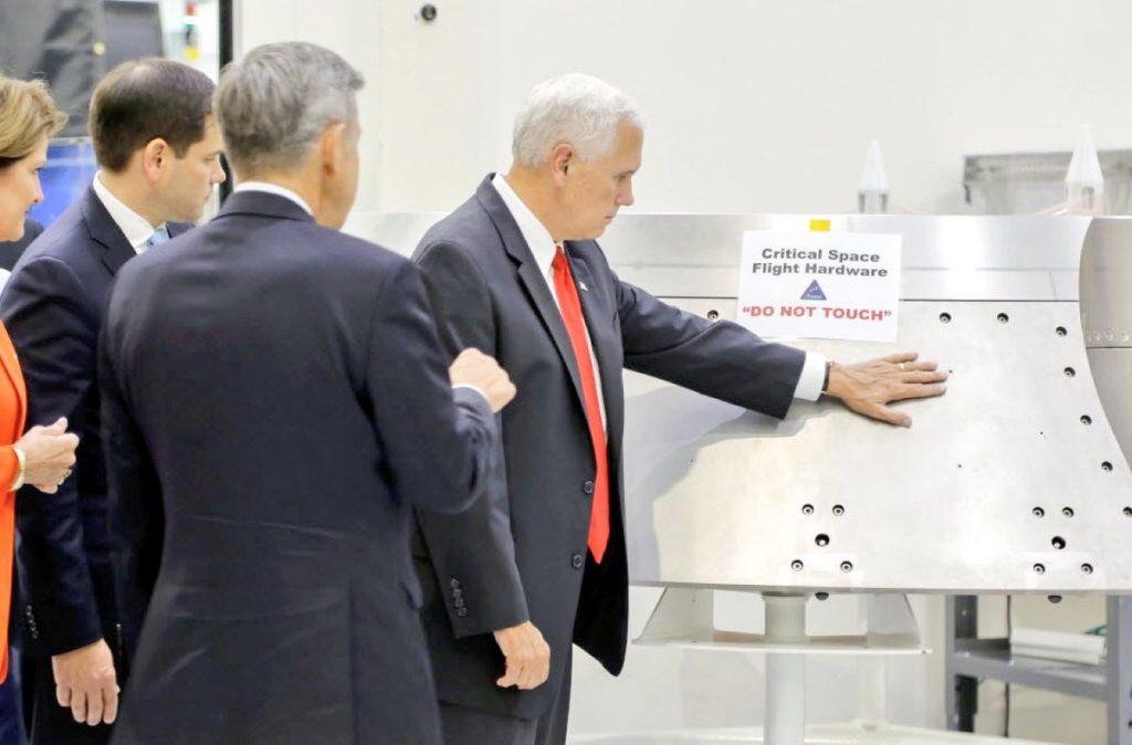 Майк Пенс посетил Космический центр имени Джона Кеннеди. Фото twimg.com