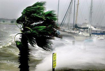 Тропический шторм Эмили надвигается на Флориду
