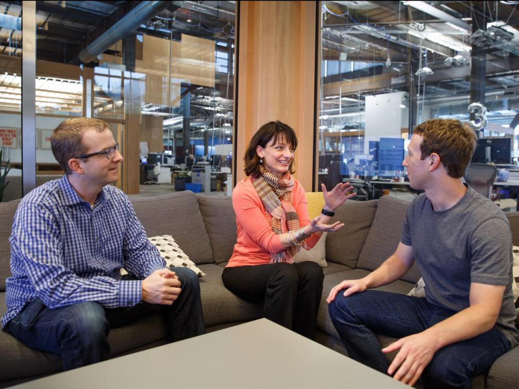 Регина Дуган с техническим директором Facebook Майком Шрепфером и Марком Цукербергом. Фото Facebook
