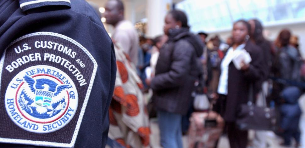 Иммиграционная служба будет искать подростков-нелегалов. Фото policestateusa.com
