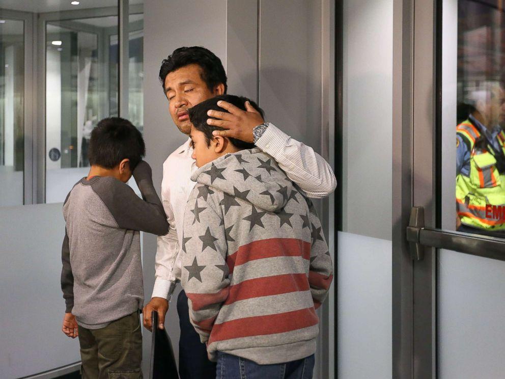 Прощание Лопеса с детьми. Фото: abcnews.go.com