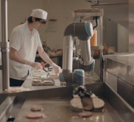 ВИДЕО: В Калифорнии можно попробовать бургер, сделанный роботом