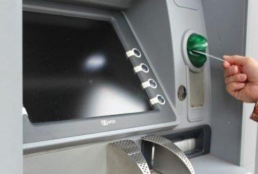 Ремонтник из Техаса застрял в банкомате и писал просьбы о помощи на чеках