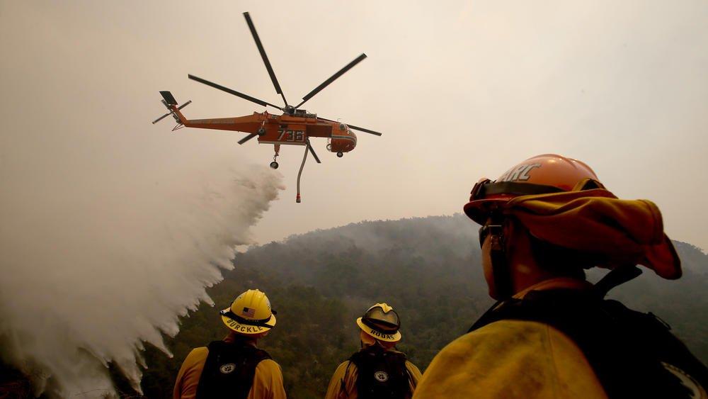 Борьюа с пожаром 8 июля. Фото: latimes.com