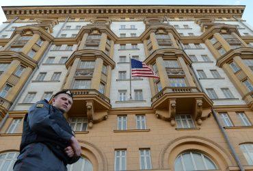 Россия сокращает американских дипломатов в ответ на санкции