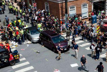 Автомобиль врезался в толпу участников акции протеста в Шарлотсвилле (видео)