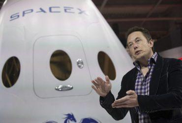 ФОТО: Илон Маск показал новый дизайнерский скафандр SpaceX