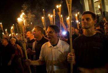 В твиттере определяют участников марша в Шарлотсвилле. Одного из них уже уволили