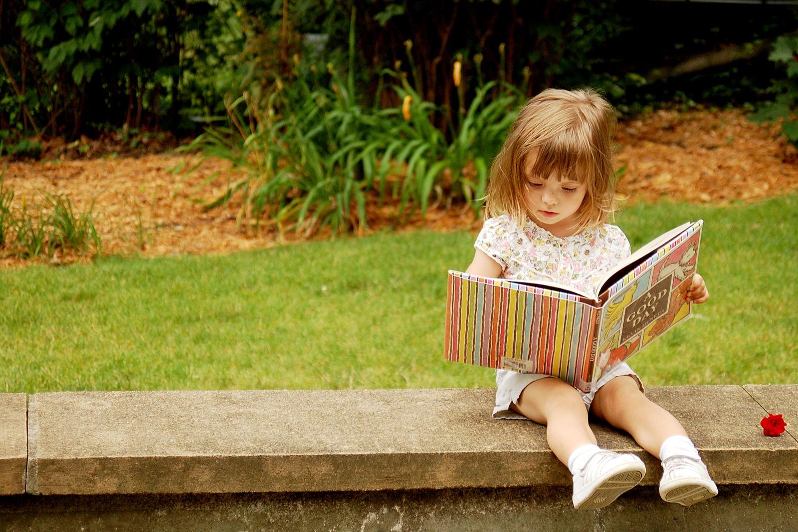 Картинка с изображением книги и ребенка