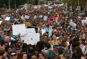 В Бостоне тысячи людей вышли на улицы, протестуя против расизма и экстремизма