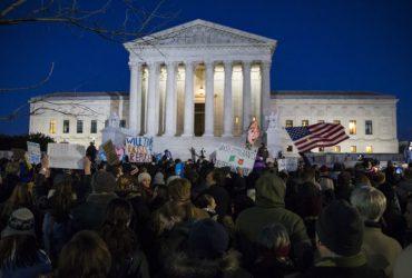 Верховный суд временно возобновил иммиграционный указ Трампа
