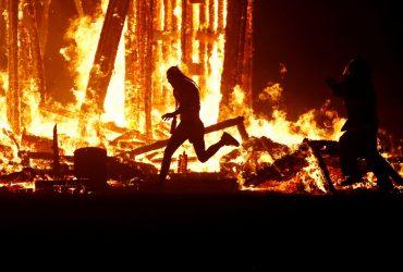 Смерть на Burning Man: мужчина умер после прыжка в гигантскую горящую статую человека