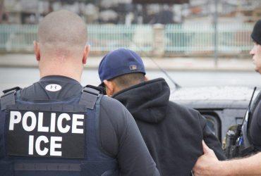 Нелегальных иммигрантов в суде задержали офицеры без опознавательных знаков. Так можно?