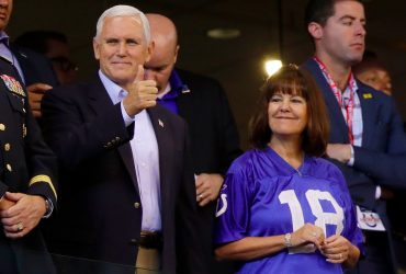 Пенс покинул матч Colts, когда спортсмены преклонили колени. Его обвиняют в провокации