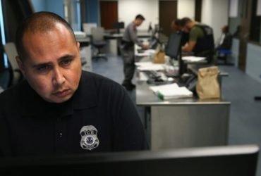 Власти США предлагают тех-компаниям разработать программы для слежки за получателями виз