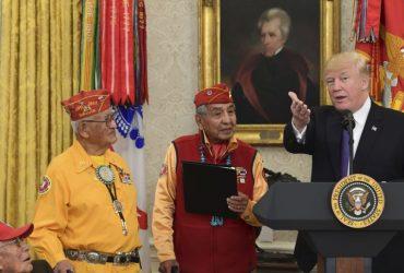 ВИДЕО: Трамп назвал американского сенатора «Покахонтас» перед индейцами навахо