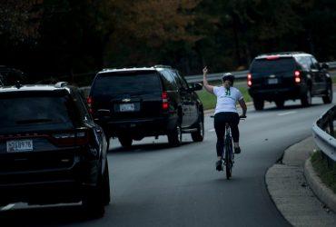 Женщина показала средний палец Трампу. Ее уволили