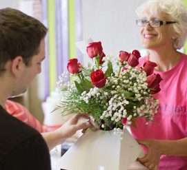 Афера с кредитками: мошенники дарят цветы и вино, а потом опустошают карту