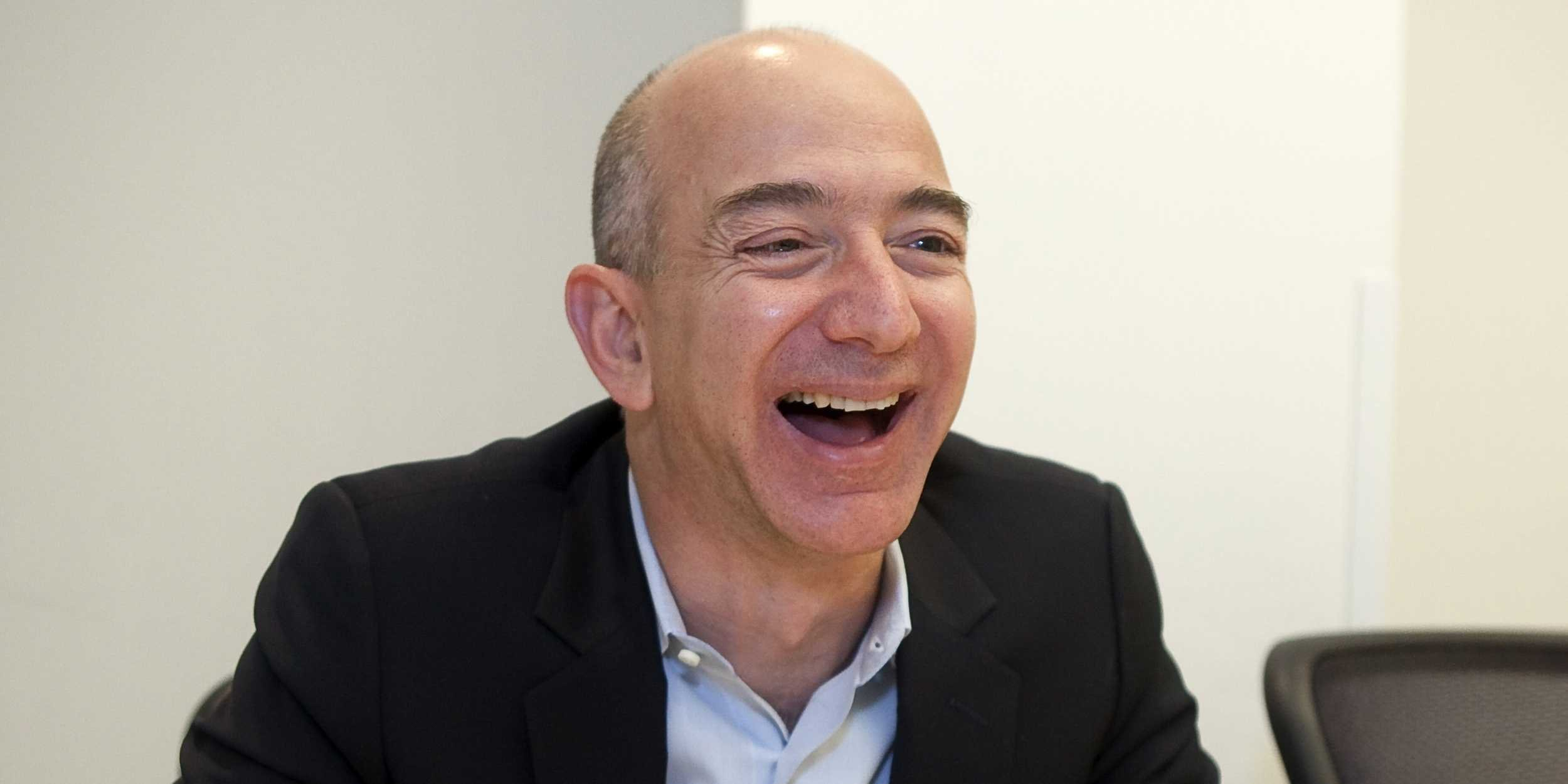 Jeff Bezos Albuquerque 12 januari 1964 is een Amerikaanse ondernemer en investeerder Hij is een technologische zakenman die een rol heeft gespeeld bij het groeien