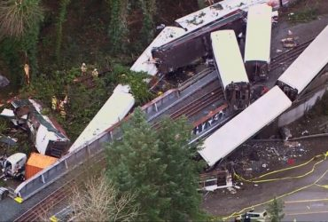 Поезд сошел с рельсов в Вашингтоне. 77 людей пострадало, есть погибшие