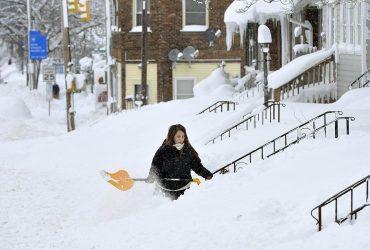 Город в Пенсильвании засыпало снегом. Мороз приближается к Северу и Западу США