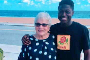 Парень пролетел через полстраны для встречи с 80-летней партнершей по игре в слова