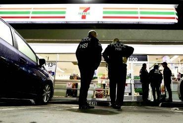 Иммиграционная полиция провела рейды в 98 магазинах 7-Eleven. Арестованы десятки человек