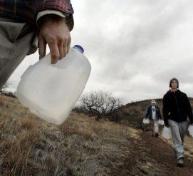 ВИДЕО: Пограничников обвиняют в уничтожении гуманитарной помощи для нелегалов