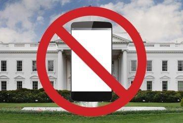 Белый дом перестал принимать звонки граждан, автоответчик критикует демократов