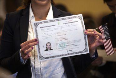 Иммиграционная служба меняет дизайн свидетельств о натурализации и гражданстве