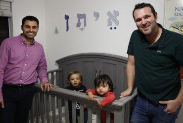 Однополые пары борются за американское гражданство для своих детей